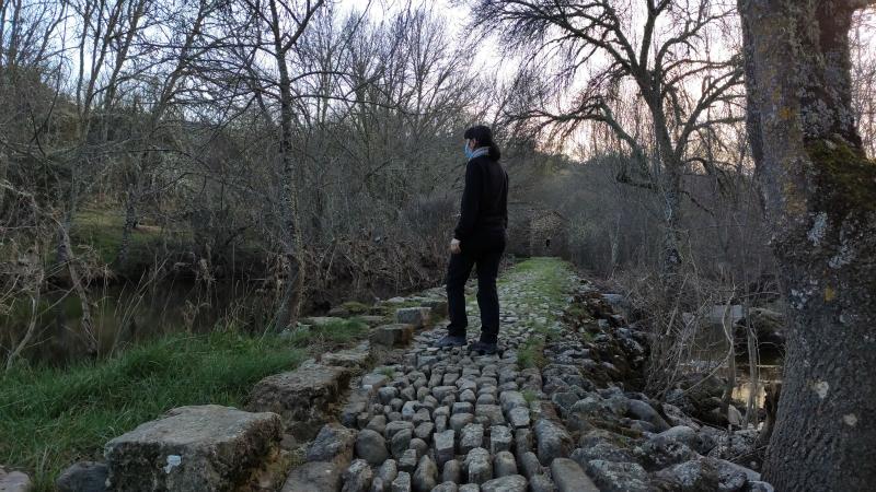 Cruzando el río camino al castro